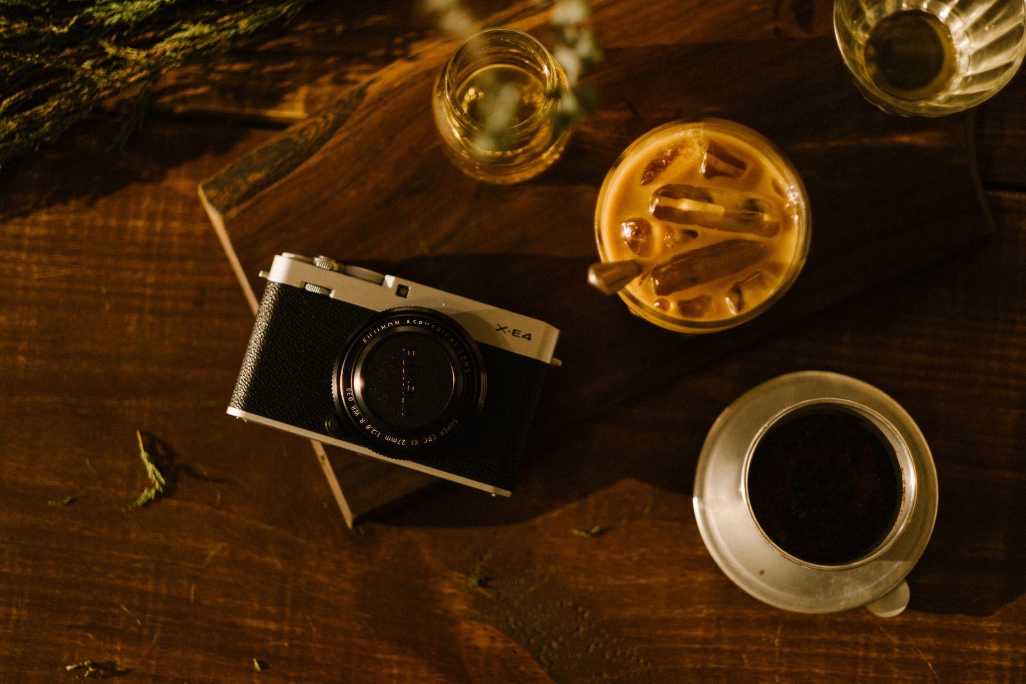 La Fujifilm X-E4 tiene un aspecto más limpio.